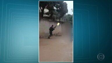 Bate-boca entre PM e moradores termina em agressão, em Duque de Caxias - O flagrante foi feito na favela do Cangulu, em Duque de Caxias. Imagens mostram um bate-boca entre um policial militar e moradores.