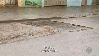 Daerp conserta vazamento de água na Rua Japurá em Ribeirão Preto - Prefeitura prometeu conserto em 24 horas, mas só realizou serviço nesta quinta-feira (17).