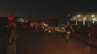 Em Macapá, mulher morre atropelada por ônibus ao atravessar rua de bicicleta - Acidente ocorreu na noite de quinta (17). Moradores iniciaram tumulto e motorista quase foi agredido.