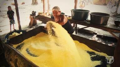 Processo artesanal de produção da farinha passa de geração a geração - O trabalho é árduo e o método artesanal requer conhecimento e cuidado para que a farinha tenha qualidade e o produtor não sofra acidentes.