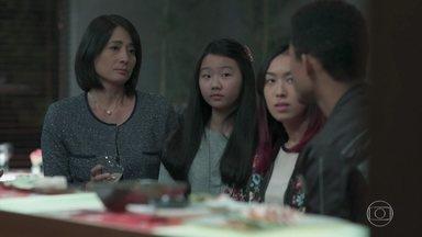 Tina provoca Mituko no jantar - Mitsuko fala sobre o perigo de trabalhar como motoboy e Tina diz que o Anderson vai juntar dinheiro produzindo clipes de bandas como 'Garotas do Vagão'