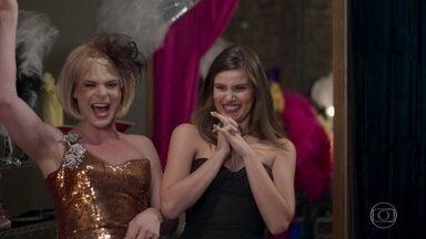 As meninas surtam ao ver a roupa de apresentação de Douglas - Dulcina leva o vestido e faz sucesso entre as meninas da Strass