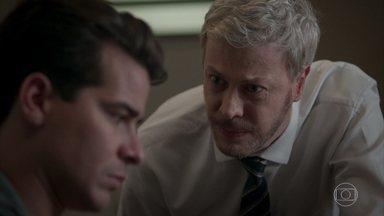 Júlio é demitido do hotel por justa causa - O ex-garçom é hostilizado pelos funcionários do hotel. Envergonhado, Júlio diz a Douglas que se arrepende de ter participado do roubo