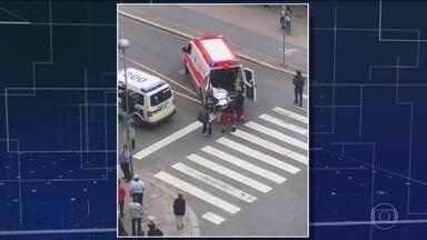 Na Finlândia, homem com faca mata dois e deixa seis feridos - Papa condenou a 'violência cega' do atentado em Barcelona. Angela Merkel pediu mais tolerância e Trump, mais segurança.