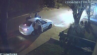 Polícia prende dupla suspeita de matar taxista durante assalto em Goiânia - Corporação informou que ainda está em busca de outros suspeitos de envolvimento no crime. Câmeras registraram o momento do crime.