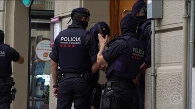 Polícia da Catalunha aponta célula terrorista como responsável pelos atentados - De acordo com a polícia, jovens de origem marroquina podem ser responsáveis pelos ataques que mataram 14 pessoas e feriram mais de 100 em Barcelona e Cambrils.