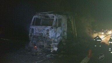 Caminhão carregado com tecido pega fogo na rodovia Fernão Dias, no Sul de Minas - Caminhão carregado com tecido pega fogo na rodovia Fernão Dias, no Sul de Minas