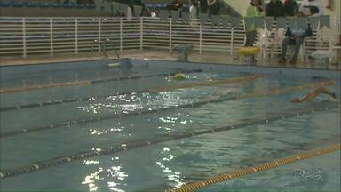 Maratona de natação reúne 150 atletas em Ponta Grossa - Revezamento vai movimentar nadadores por 12 horas.