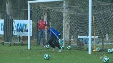 """Kleina prepara Ponte com três novidades contra Botafogo: Sheik volta, e Bob segue fora - Em treino fechado, comandante alvinegro testa opções, principalmente do meio para frente, diz """"não ter dúvidas"""", mas prefere não revelar escalação. Léo Gamalho ficará no banco."""
