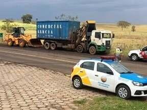 Carreta quebrada atrapalha trânsito em avenida de Flora Rica - Via dá acesso à Rodovia Júlio Budiski (SP-501).