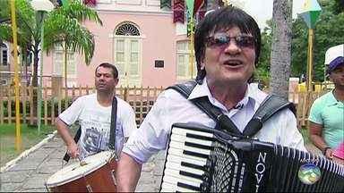 Novinho da Paraíba é assaltado e agredido no Recife - Cantor está internado no Hospital Getúlio Vargas. Testemunhas contaram à polícia que dois homens teriam agredido o músico quando ele saía de um banco.