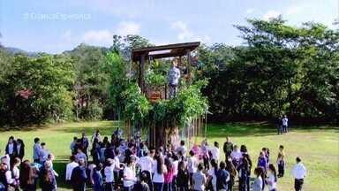 Luciano Huck visita uma escola com o quadro 'Árvore dos Desejos' - Em Blumenau, as crianças da escola escrevem seus desejos e Luciano ajuda a realizá-los
