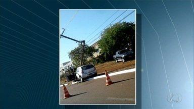 Motoristas derrubam três postes durante acidentes em Palmas - Motoristas derrubam três postes durante acidentes em Palmas