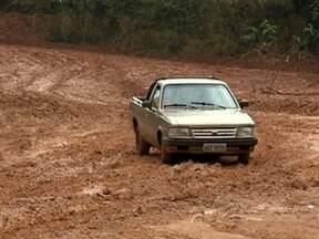 Lama causa transtorno a produtores rurais e donos de chácaras - Rua asfaltada seria alternativa para trajeto, mas ela está fechada.