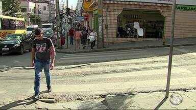 Pedestres enfrentam dificuldades para atravessar ruas no Centro de Caruaru - Algumas ruas e avenidas até têm faixa de pedestre, mas o tempo do semáforo não ajuda na travessia.