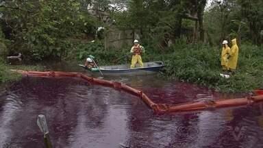 Equipes tentam conter vazamento de óleo diesel em córrego de São Vicente - Acidente com locomotiva derramou 12 mil litros do produto.