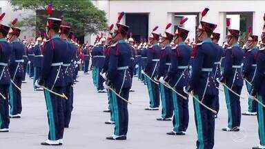 Cadetes participam de solenidade de entrega do espadim na Aman, em Resende, RJ - Ministro Raul Jungmann participou da cerimônia, entregando réplica da espada de Caxias ao aluno mais aplicado.