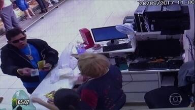 Homem atira em clientes que esperavam na fila do caixa de açougue no PR - Ele ficou revoltado pelo tempo que aguardava para pagar a conta e disparou contra cerca de 20 pessoas que estavam no local. Uma das vítimas morreu.