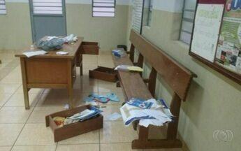 Criminosos invadem igreja, roubam itens e espalham hóstias no chão, em Rio Verde - Por conta da invasão, capela não teve missa neste fim de semana.