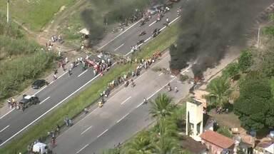 Protesto por preço de passagem interdita BR-101 em Escada - Manifestantes chegaram a interditar a saída da empresa Borborema.