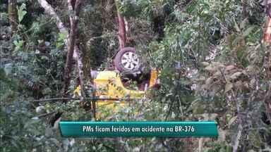 Policiais ficam feridos em acidente na BR-376 - Caminhonete em que os PMs estavam saiu da pista e tombou próximo a Tibagi
