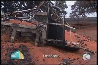 Carretas pegam fogo e chamas se alastram para a zona rural de Capinópolis - Três veículos foram atingidos pelo incêndio. Moradores chegaram a ficar sem energia após torres serem derrubadas.