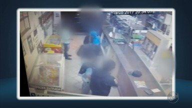 Câmera de segurança flagra assalto a bar em São Gonçalo do Sapucaí (MG) - Câmera de segurança flagra assalto a bar em São Gonçalo do Sapucaí (MG)
