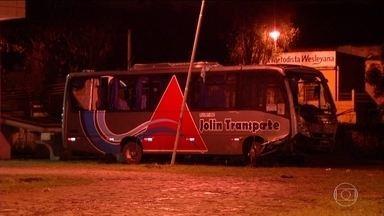 Acidente com um ônibus na Via Dutra, no estado do RJ, deixa 4 mortos e 26 feridos - Todos os mortos são da mesma família.