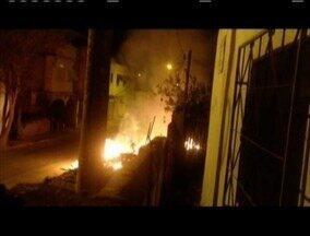 Entulho em chamas assusta moradores do Distrito de Cachoeira do Vale em Timóteo - Segundo morador o corpo de Bombeiros para comparecer no local.