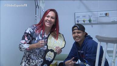 Cris Cyborg exibe cinturão para pacientes de hospital em Curitiba - Campeã do UFC reencontra fãs que a apoiaram antes da luta pelo título
