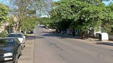 Hotel e funcionário são alvos de ladrão em Corumbá - Câmeras de segurança flagraram a ação. Crime foi no fim de semana.