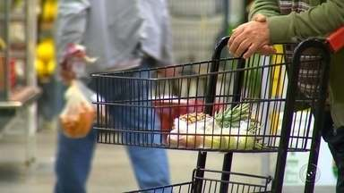 Dona de casa sente inflação ao fazer as compras no mercado - A inflação está controlada, deu uma recuada nos últimos meses, mas a dona de casa não sente isso no bolso quando vai fazer as compras no mercado.
