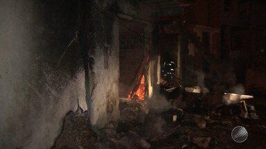 Depósito de materiais recicláveis pega fogo em Salvador - Ninguém ficou ferido.