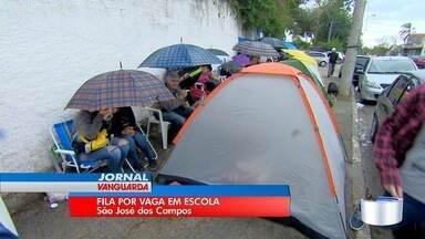 Pais fazem fila por vaga em escola estadual de São José dos Campos - Espera começou no sábado; inscrição foi realizada nesta segunda.