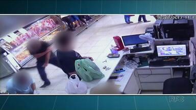 Homem que atirou em clientes de açougue de Maringá é preso por homicídio - Ele disparou seis vezes em direção ao comércio, depois de uma discussão com uma atendente e o proprietário do açougue. Um homem morreu e outro ficou ferido.