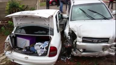 Segue internado o menino que sofreu um acidente em Ponta Grossa - O acidente envolvendo dois carros foi esta manhã (21).O menino está bem, mas segue em observação. Outras três pessoas tiveram ferimentos leves.
