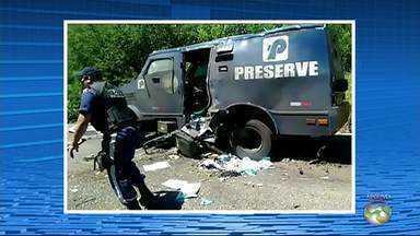 Grupo suspeito de explodir carro-forte na PE-365 é preso em Serra Talhada - Mais de dez homens cometeram o crime, segundo a polícia. Cinco foram presos no domingo (20).