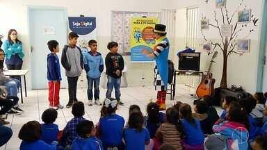 Estudantes da rede municipal de Maricá, RJ, recebem a visita do projeto 'Seja Digital' - O evento fala sobre o desligamento do sinal analógico em todo Brasil e na área de cobertura da RJ Inter TV.