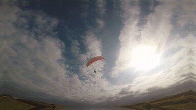Em Movimento: Voo de parapente nas Falésias de Marataízes - Passeio pelo município rende um voo incrível de parapente sobre as Falésias
