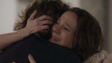 Amália descobre que Joaquim é seu filho - Muito emocionados os dois se abraçam