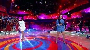 Maiara e Maraísa cantam 'Sorte Que Cê Beija Bem' - Dupla levanta a plateia enquanto Cláudia Cristina, personagem do Caldeirão da Fama, não chega aos Estúdios Globo