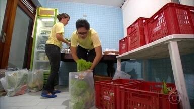 Amigas abrem delivery de orgânicos com investimento de R$ 700 cada - A engenheira Hany e a arquiteta Manu trocaram as pranchetas e os projetos por frutas, legumes e verduras. Hoje, elas distribuem saúde para os clientes.
