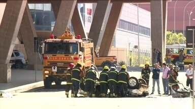 Duas pessoas morrem em um acidente no aeroporto de Viracopos, em Campinas - O carro onde elas estavam despencou da área de embarque. Em nota, a administração do aeroporto disse que a estrutura de vidro e metal é adequada para o lugar, desde que o veículo respeite a velocidade máxima permitida, de 30 km/h..