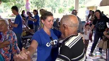 Idosos recebem carinho e atenção de voluntários em abrigo em Jaboatão - Abrigo Cristo Redentor teve reforma realizada com a ajuda de voluntários.