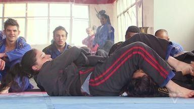 Conheça o 'Ju' Jitsu - Arte marcial de ataque e defesa, contra um ou mais oponentes. Diferente do jiu-jítsu, a modalidade permite socos, chutes, joelhadas, cotoveladas e até uso de algumas armas, como bastões.