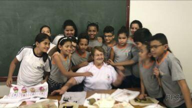 """Senhora ganha dezenas de 'netinhos' com trabalho voluntário em Paranavaí - A dona Dalva ensina bordado a crianças e adolescentes, e se tornou a """"vovó"""" de todos eles."""