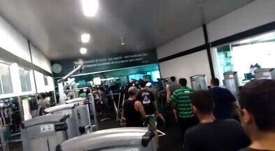 Torcedores do Goiás invadem CT e agridem zagueiro Bruno Aguiar - Cerca de 50 pessoas vandalizam o clube e parte para cima do atleta
