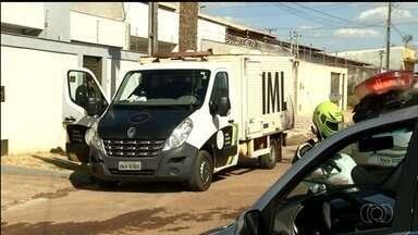 Jovem é presa suspeita de matar marido a tiros na garagem de casa, em Anápolis - Segundo delegado, ela alegou que cometeu crime para se defender de ameaças do companheiro, Nildson Antônio Cabral, de 69 anos.