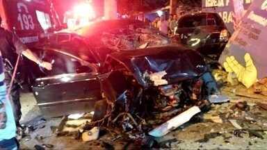 Acidente mata três pessoas da mesma família em Campo Grande - Dois carros bateram e as três pessoas que morreram eram da mesma família. O acidente aconteceu na noite de domingo (27). Outras duas pessoas ficaram feridas.