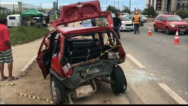 Motorista bate em carro, tenta fugir, mas sofre outro acidente na BR-230 em Cabedelo - O motorista bateu em um carro que capotou. Ele tentou fugir, mas sofreu outro acidente próximo a Mata do Amém, em Cabedelo.